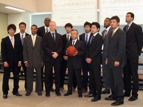 新シーズンを戦うハンナリーズの選手とコーチ。中央はスポーツコミュニケーションKYOTOの多田羅社長