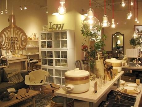 スローハウスの雑貨やインテリアが並ぶ店内