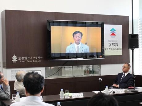 「八千代座」から中継で記者の質問に答えた坂東玉三郎さん。