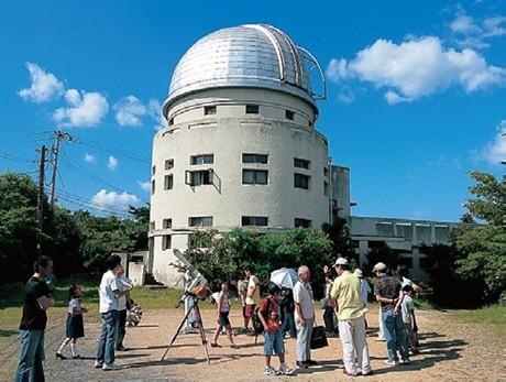 天体観測を行う花山天文台