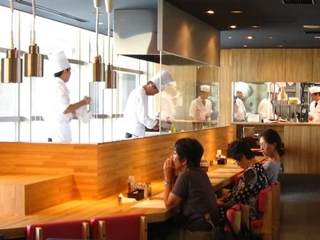 「レストラン オリゾンテ」のカウンター席