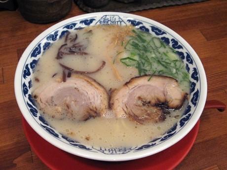 とんこつ塩味のスープが特徴の「亀王らーめん」