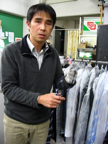 福井裕店長と貸し出し用の上着やシャツ