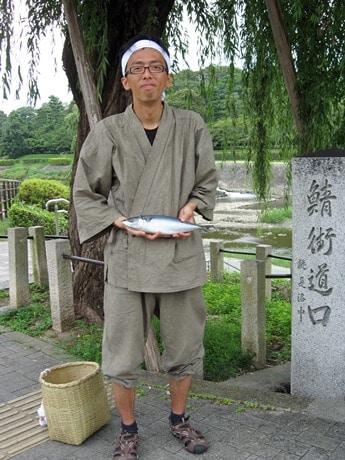 鯖街道を使って運んだサバを手にした久保田敦さん