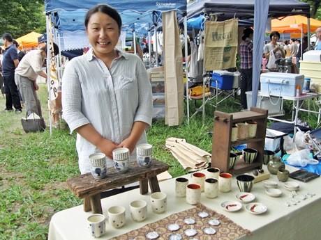 猫が描かれた皿や湯のみなどを販売する「がまの窯」のshimaさん