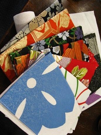 着物の生地を使ったiPad用カバー。手前の青いのがチョコレートを染料に混ぜているもの