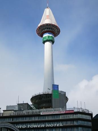 塗料の飛散防止のカバーがかけられた京都タワー