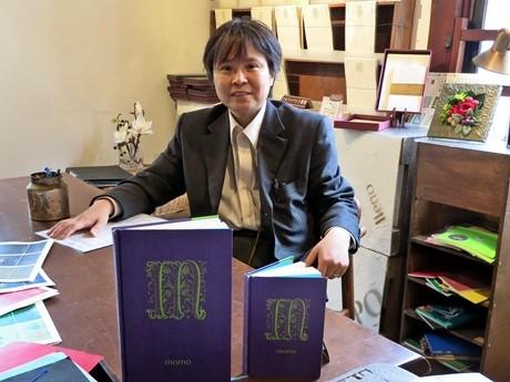 社長の神田樹希さん。手前が「アルファベットノート」