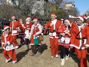 京都で「サンタマラソン」、120人のサンタが鴨川走る-初の海外出身者も