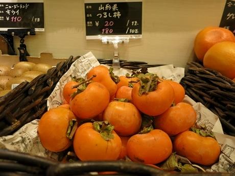 店頭に並ぶ山形産のつるし柿。