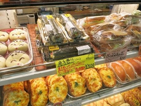 クロックムッシュやメロンパンが並ぶ中、恵方巻き(米)を販売する四条店