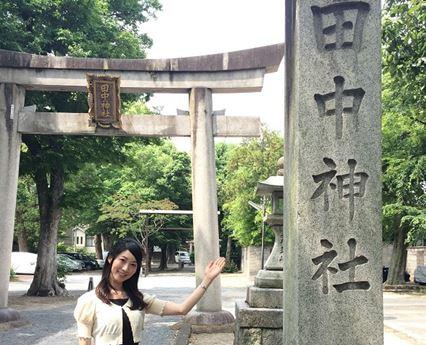 ガイドの田中亜美さんと田中神社