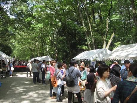 会場の様子。各大学サークルの学生がブースを出店、日本酒を注ぐ