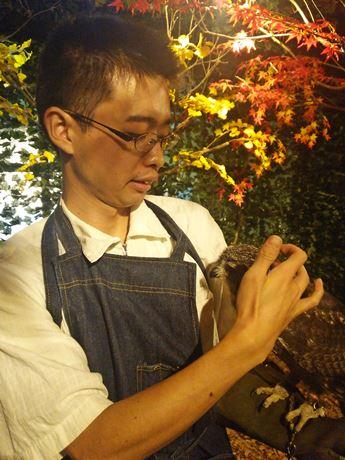 腕にフクロウを乗せる久保田さん。グローブは無料で貸し出し。
