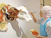 京都で食品サンプル使った作品展 ライブペインティングや「転売カツ」グッズも