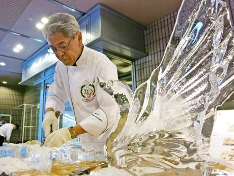氷を彫る安田さん