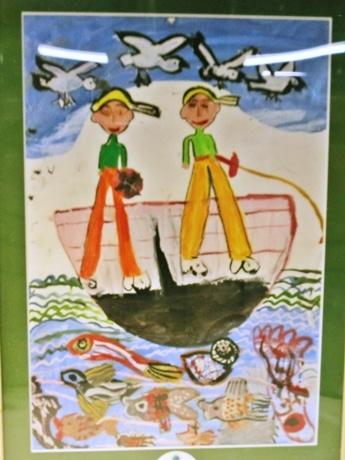 フジイダイマルの地下ウインドーに展示されている子どもの絵