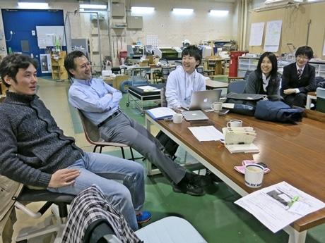 アイデアを検討する学生と川上先生に「ことぶら」田中さん(左端)がツアーのお客さんや過去の経験を紹介する