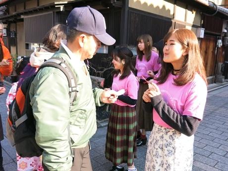 しおりを配布する京都女子大学の学生たち