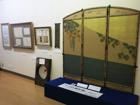 展示の様子。右側の「つづれ織屏風」は1930年に行われたベルギー万国博覧会で大賞を獲得した。