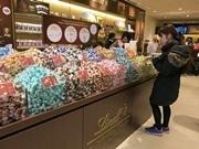 京都にスイス発チョコレートブランド「リンツ」旗艦店 量り売りやカフェも
