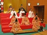 京都にリアル「おひなさま」 十二単の着付けや雅楽に合わせ三人官女の舞も