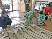 京都市動物園でチンパンジーとゴリラのハンモック作り 古い消防ホースを活用