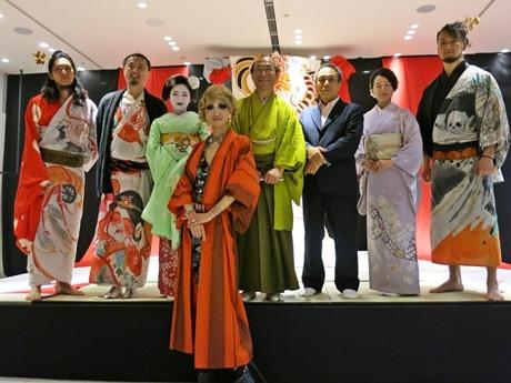 オープニングには門川京都市長(黄緑の着物)も駆けつけた
