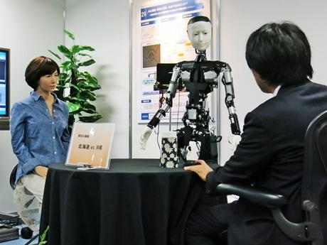 ロボットのUちゃんとスケルトンと研究員