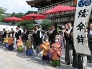 祇園祭・綾傘鉾の稚児が「お千度の儀」 金の烏帽子に狩衣姿で