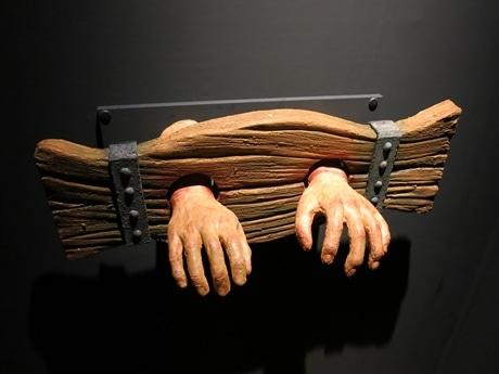 両手に手かせがはめられている様子から生まれた意外な漢字とは