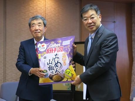 山田啓二京都知事とカルビー会長の松本晃さん