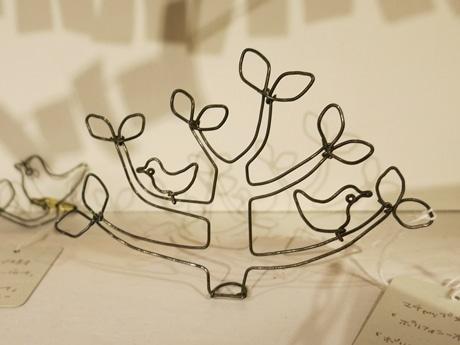 ポリフォニーのロゴをワイヤで表現した作品