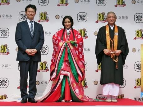 (左から)中野博之編集長、岡田結実さん、伊勢俊雄執行長