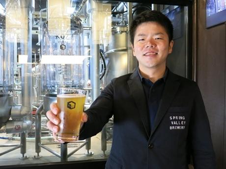 ヘッドブリュワーの三浦太浩さん後ろに見えるのが醸造タンク