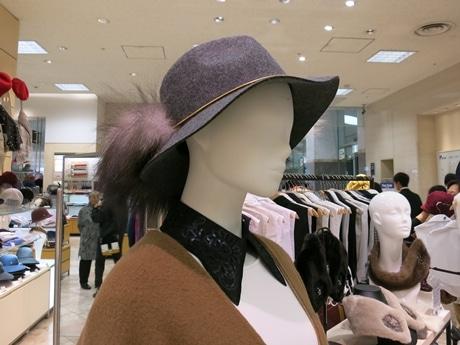 今年のトレンドというファー付き帽子