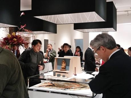 若林佛具製作所京都本社の1階ショップ。中央にあるのが国産オリジナル仏壇のプロトタイプ