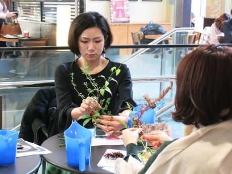 花を生ける参加者