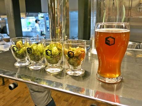 京都産ホップのビールで乾杯するお客さん