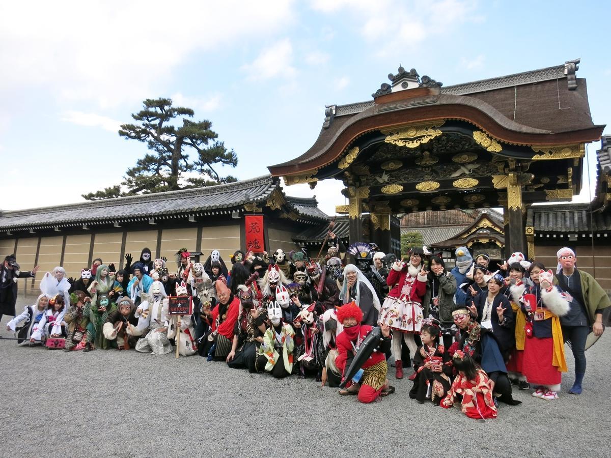 二条城「唐門」前で荒俣館長と扮装した参加者が記念撮影