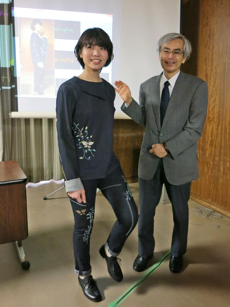 圧電組紐を開発した田寶教授とデザインを担当した中原さん