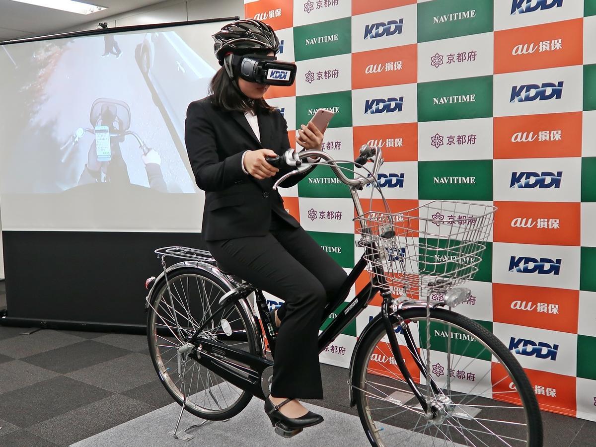 VRを体験する京都女子大学2回生の冨成朋美さん