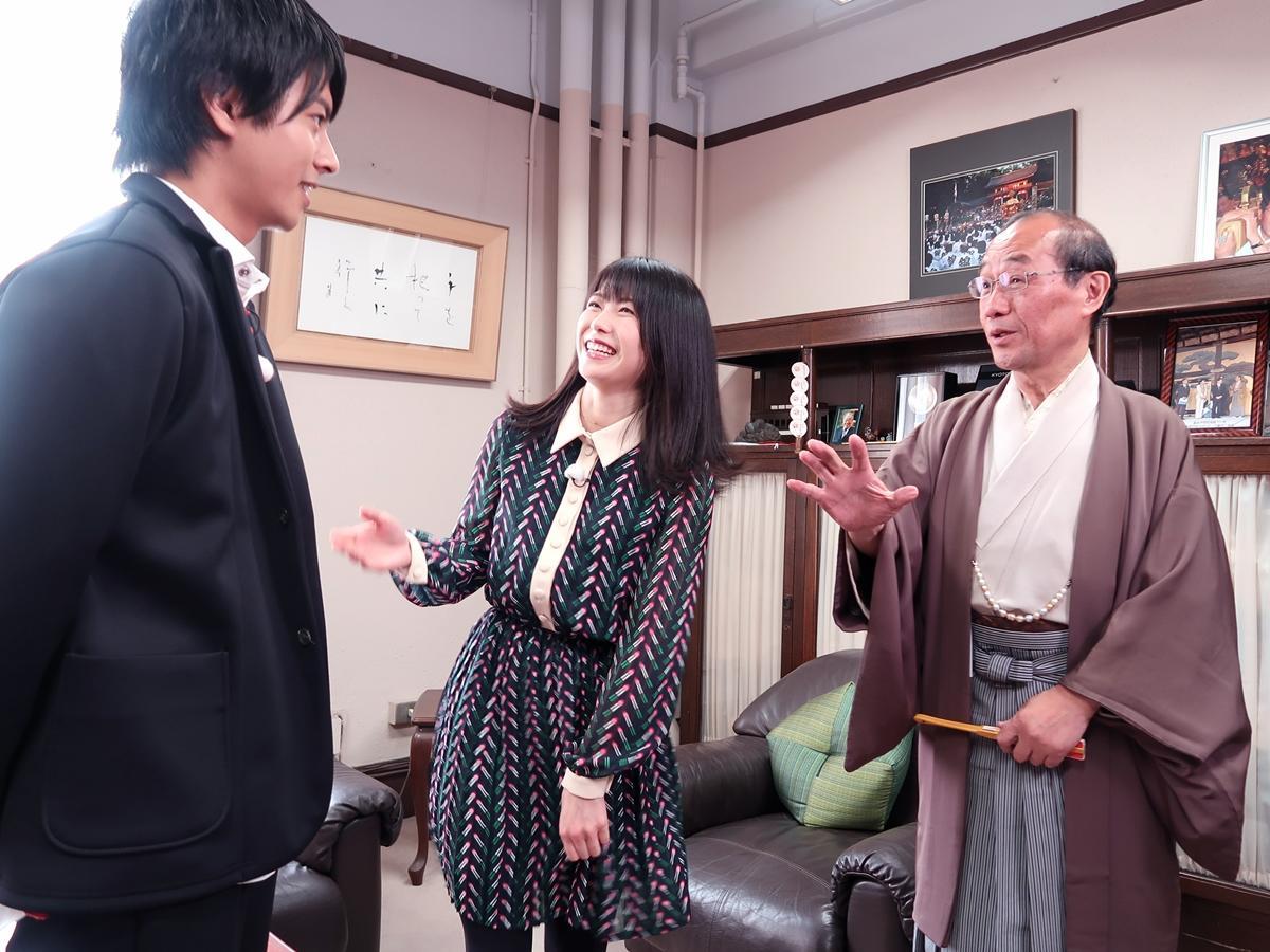 市長とツッコミを入れる横山由依さん