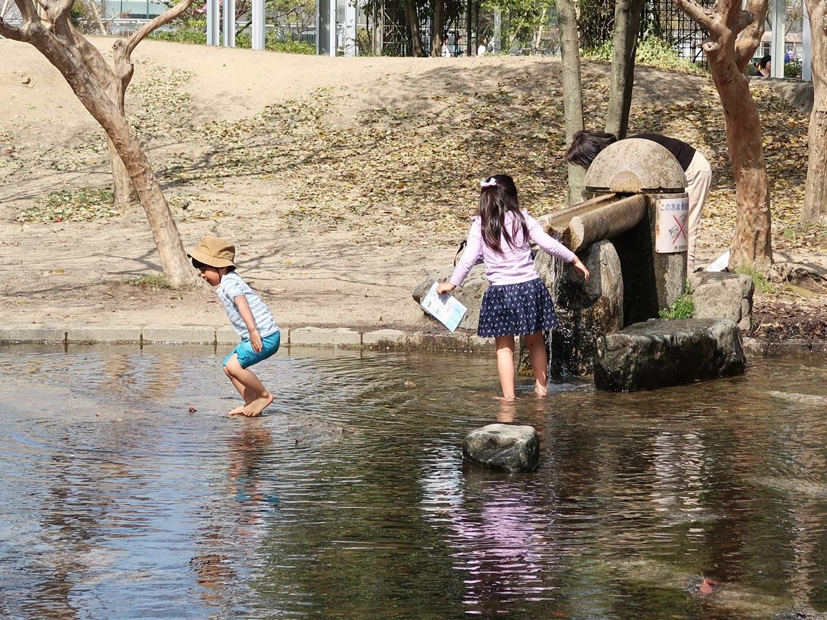 梅小路公園で水遊びする子どもたち