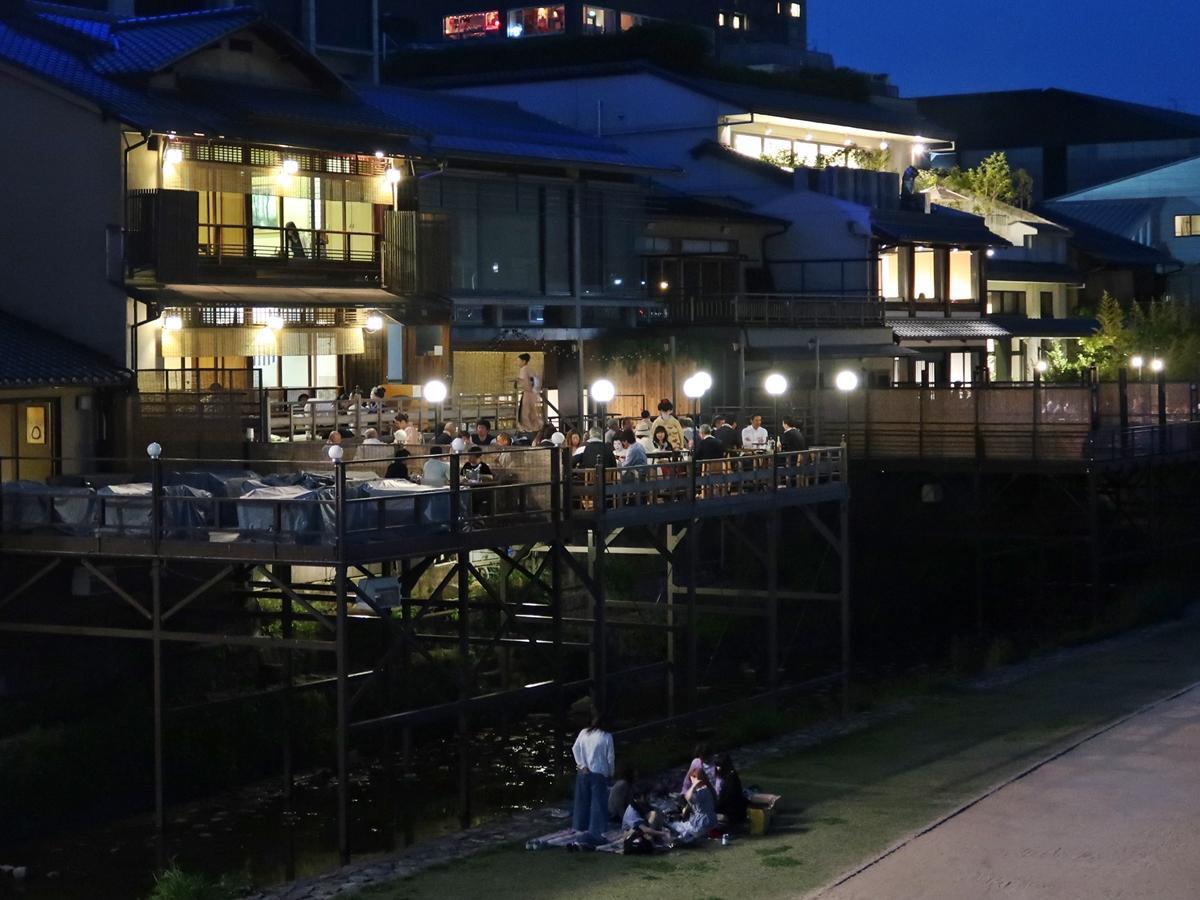 鴨川納涼床を楽しむ人たち(三条大橋付近)