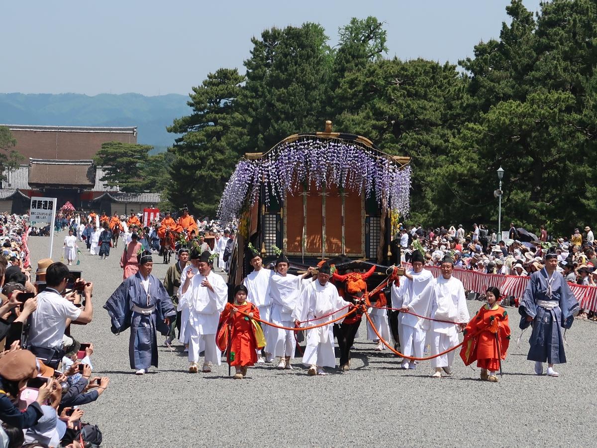 京都御所を出発する葵祭の行列