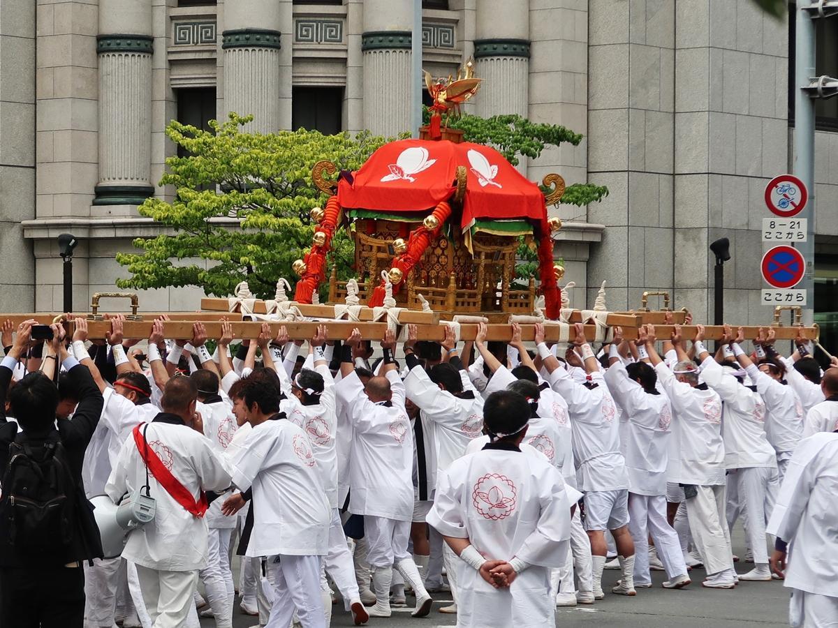 繁昌神社の辻回し「差し上げ」の様子