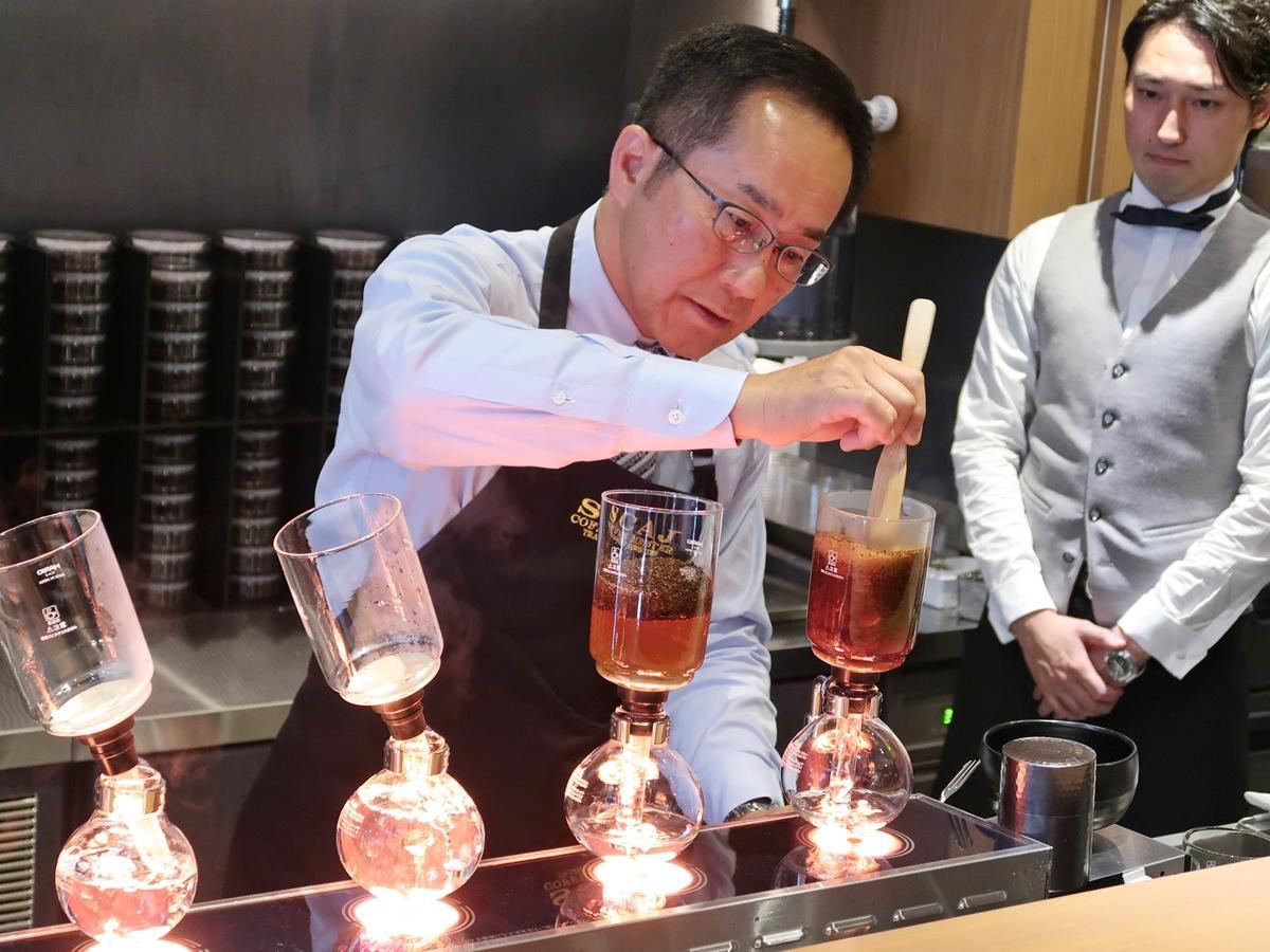 サイホンでコーヒーを抽出する菅野眞博さん