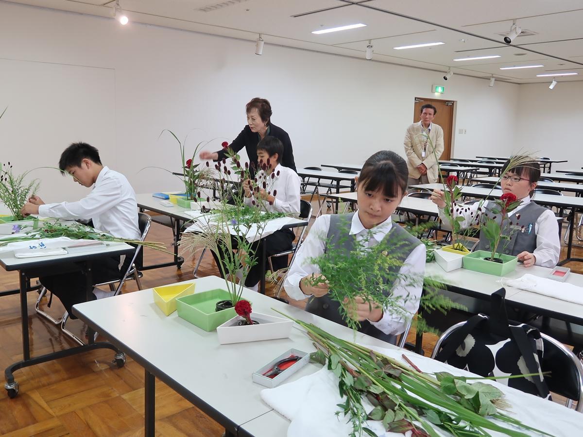 秋の草花をいける生徒ら