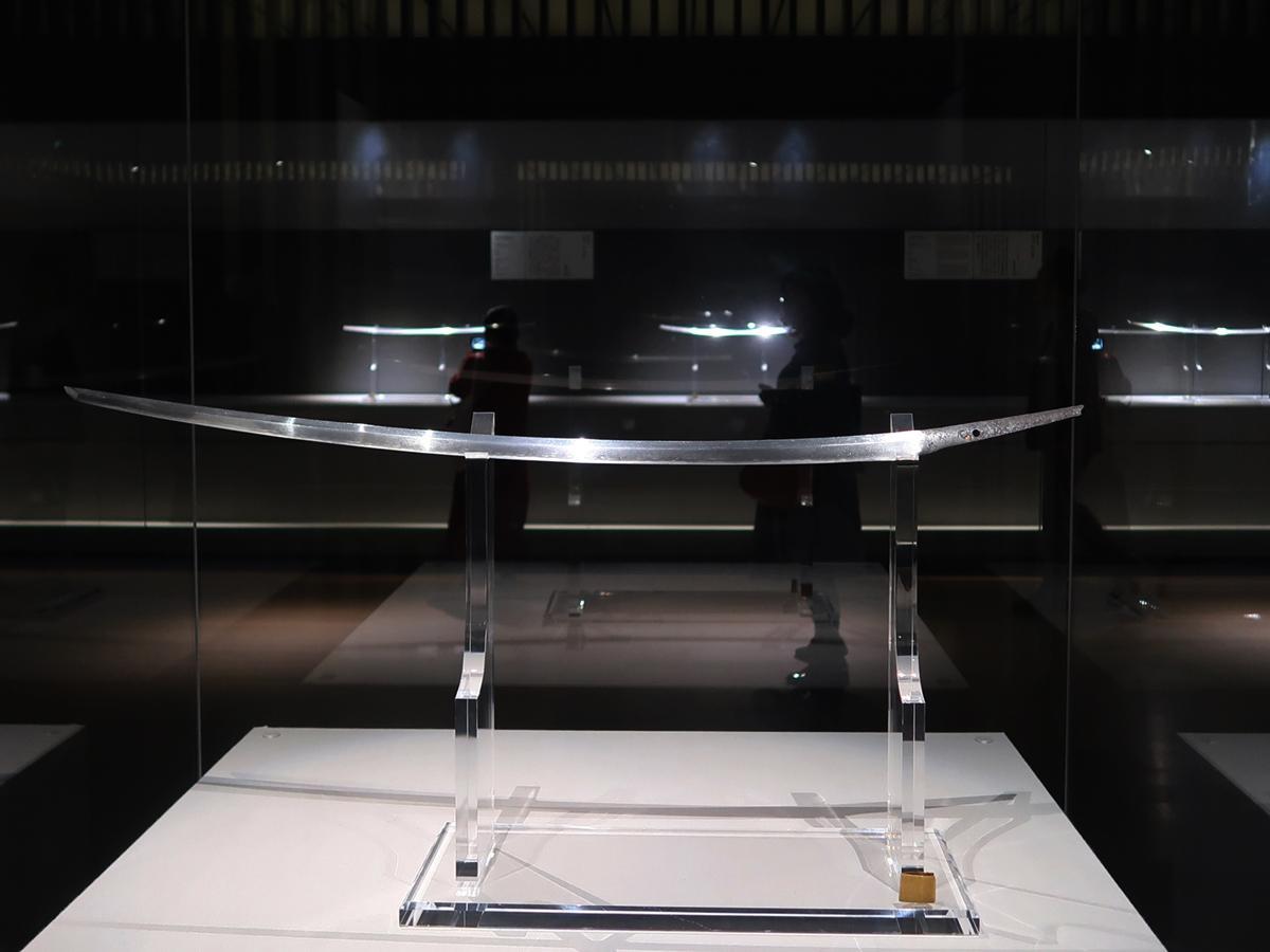 展示の様子。手前が東京国立博物館所蔵の国宝 太刀 銘三条(名物三日月宗近)